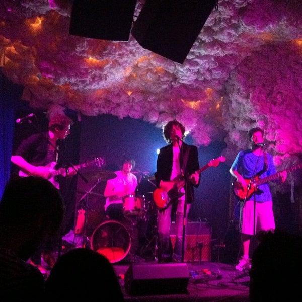 Foto scattata a Glasslands Gallery da Lana W. il 6/16/2012