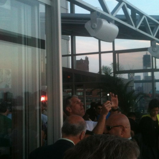 Foto scattata a Plunge Rooftop Bar & Lounge da Lyuba S. il 6/17/2012