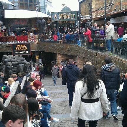 Foto tirada no(a) Camden Stables Market por Mark H. em 4/7/2012