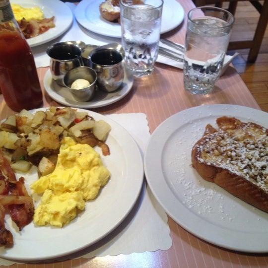 7/22/2012 tarihinde Erika M.ziyaretçi tarafından The Breakfast Club & Grill'de çekilen fotoğraf