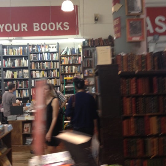 Das Foto wurde bei Strand Bookstore von omchel the sous am 8/18/2012 aufgenommen