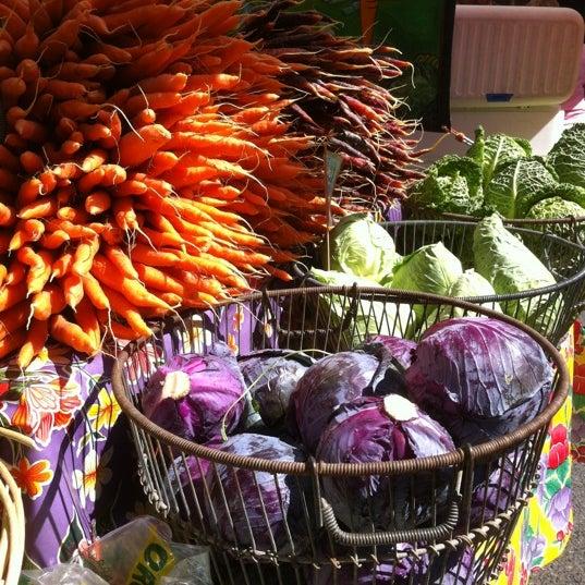 Photo prise au Ballard Farmer's Market par Trixie J. le8/5/2012