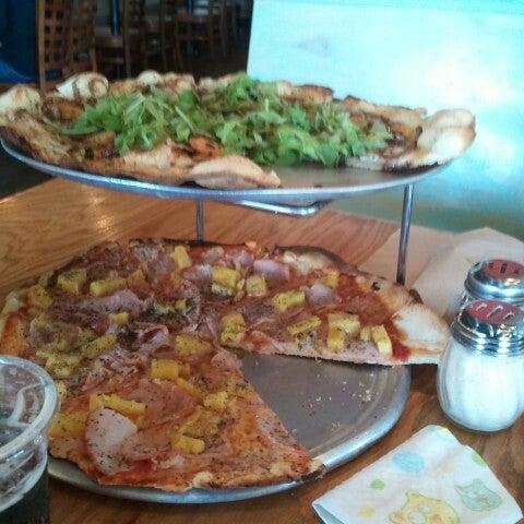 Foto tomada en West Crust Artisan Pizza por Matthew T. el 8/31/2012