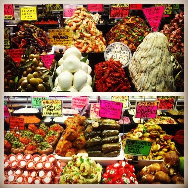 Foto diambil di Queen Victoria Market oleh Christian R. pada 8/2/2012