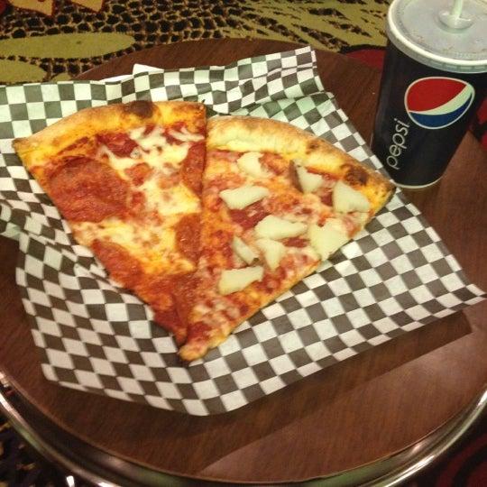 Снимок сделан в Pop Up Pizza пользователем Cherry V. 6/19/2012