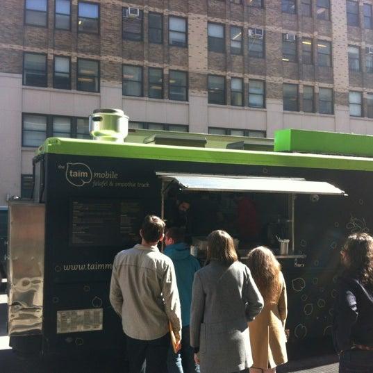 2/28/2012 tarihinde Kai B.ziyaretçi tarafından Taïm Mobile Falafel & Smoothie Truck'de çekilen fotoğraf