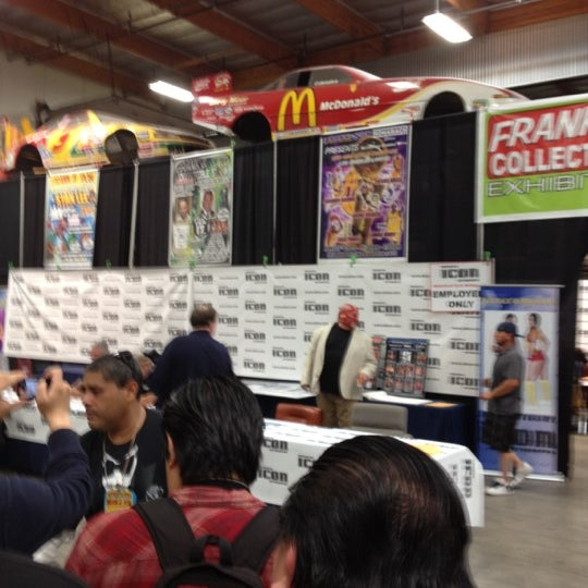 Foto scattata a Frank & Son Collectible Show da Jorge M. il 5/19/2012