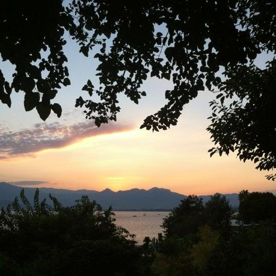 Photo prise au Tapas Cafe Bistro par OZDERIN,M. le8/19/2012