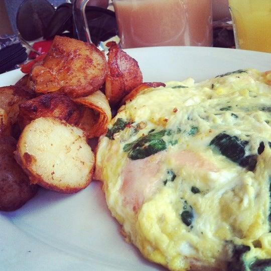 Das Foto wurde bei Lasagna Restaurant von Lindsey am 8/12/2012 aufgenommen