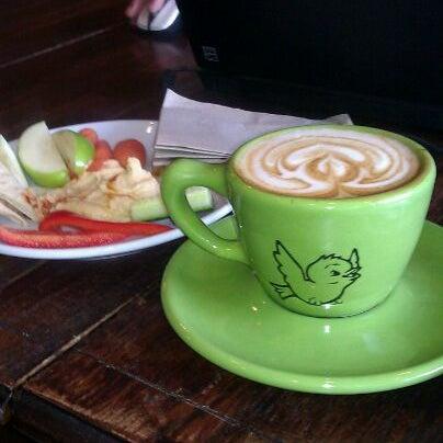 Foto tomada en Ipsento Coffee House por Jaye J. el 2/16/2012