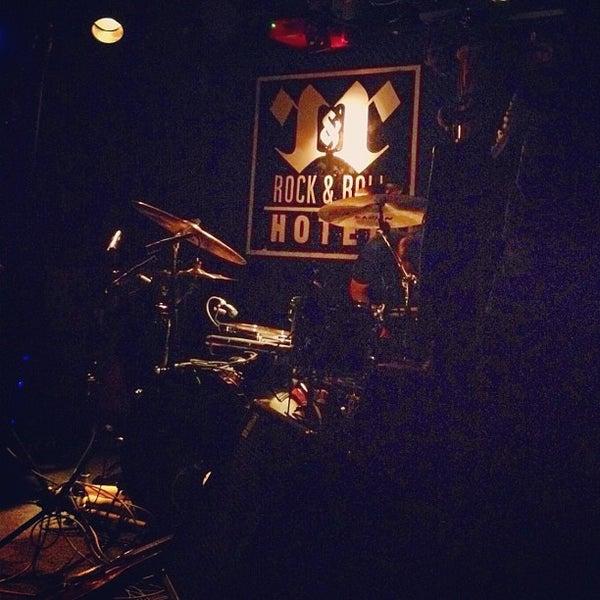 Foto tomada en Rock & Roll Hotel por Leslie J. el 5/23/2012