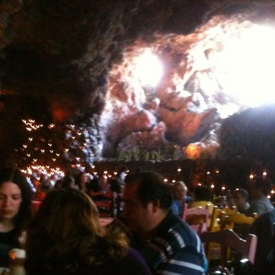 Foto tomada en La Gruta Restaurant por Oscar H. el 3/4/2012