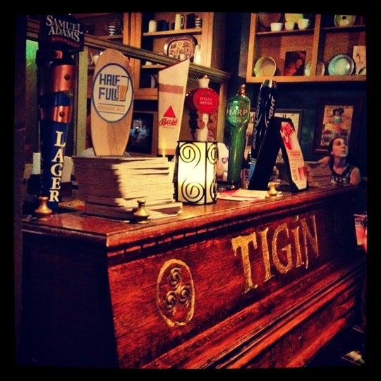 Foto tirada no(a) Tigin Irish Pub por Dan S. em 9/8/2012