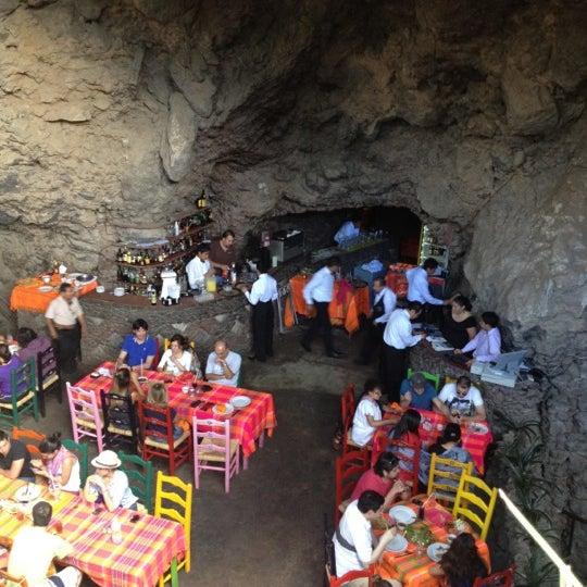 Foto tomada en La Gruta Restaurant por Ross D. el 9/2/2012