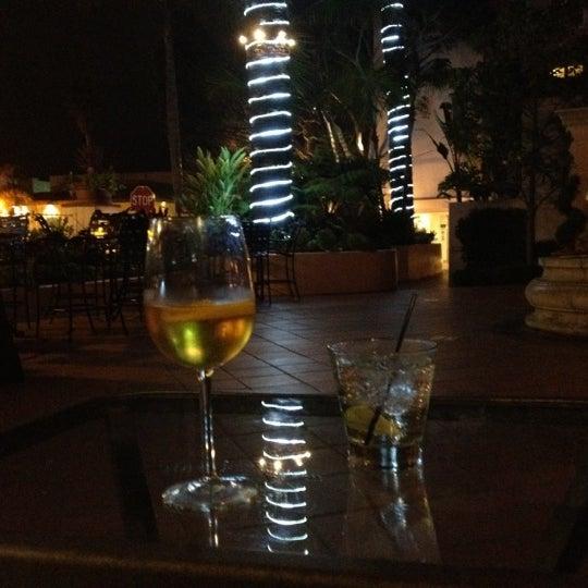 Снимок сделан в La Valencia Hotel пользователем Michelle E. 7/22/2012