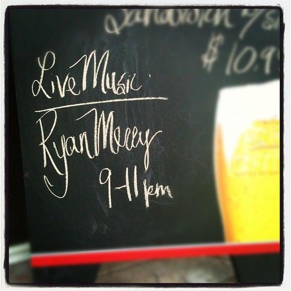 Foto scattata a The Old Triangle Irish Alehouse da Ryan M. il 7/3/2012