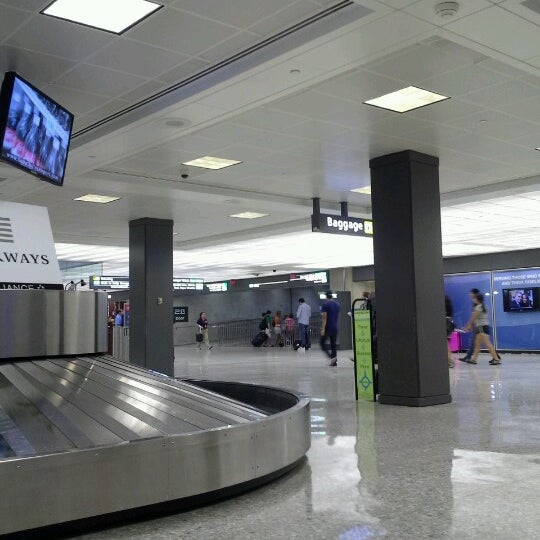Foto diambil di Washington Dulles International Airport oleh Brittany Y. pada 7/18/2012