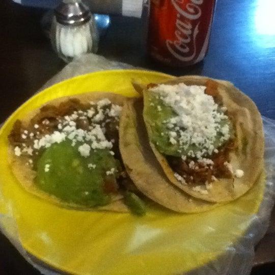 รูปภาพถ่ายที่ Tacos Gus โดย Raymundo R. เมื่อ 3/23/2012