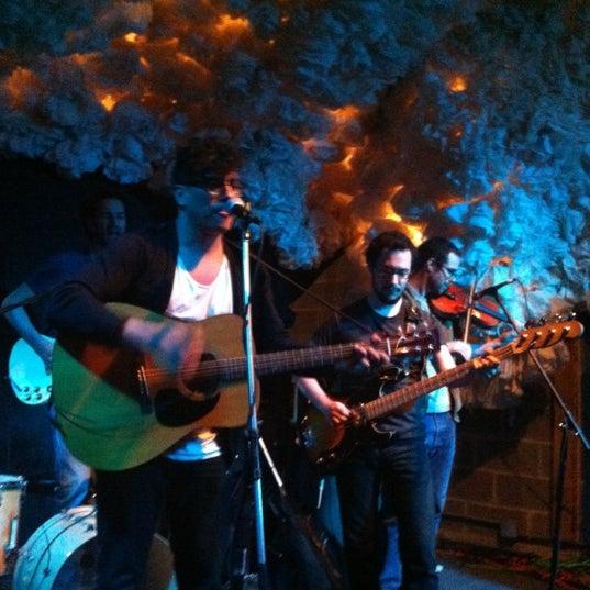 Foto scattata a Glasslands Gallery da Amanda C. il 4/11/2012