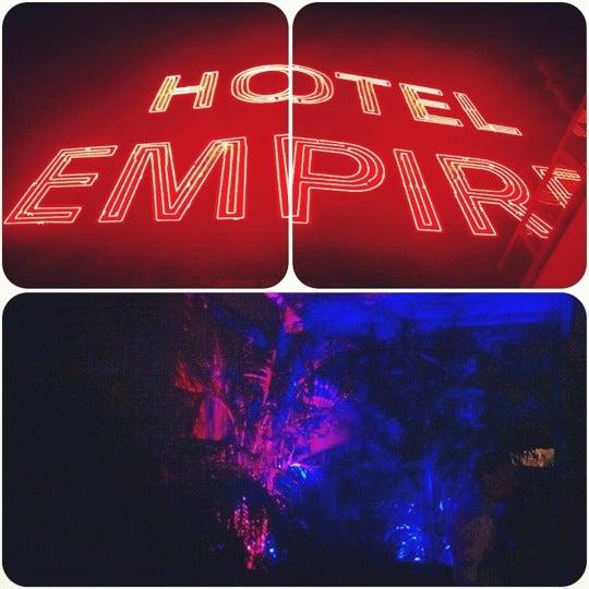 Снимок сделан в The Empire Hotel Rooftop пользователем Jajozz 7/28/2012
