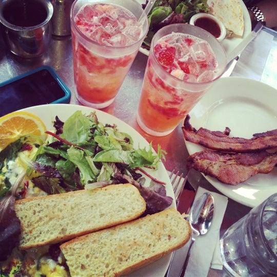 8/26/2012 tarihinde Daisy P.ziyaretçi tarafından Good Enough to Eat'de çekilen fotoğraf