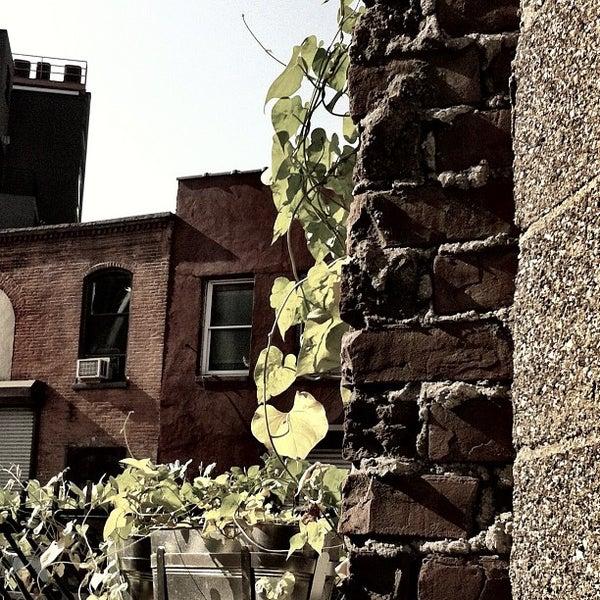 รูปภาพถ่ายที่ The West—Coffeehouse & Bar โดย Theo C. เมื่อ 8/31/2012