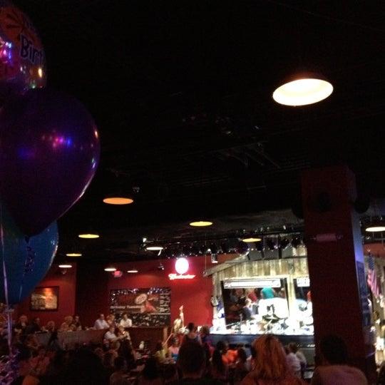 Foto tirada no(a) Huberts Sports Bar & Grill por Lisa B. em 8/30/2012