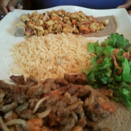 Foto tomada en Desta Ethiopian Kitchen por Daren G. el 9/3/2012