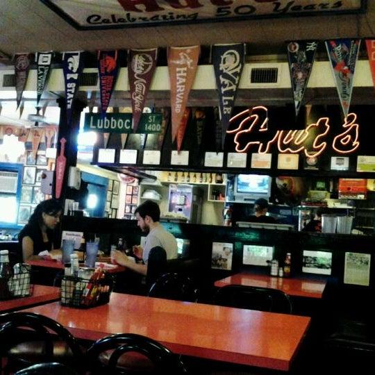 Foto tirada no(a) Hut's Hamburgers por Robert H. em 6/13/2012