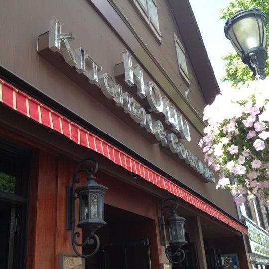 Photo prise au Honu Kitchen And Cocktails par Jonathan L. le6/17/2012