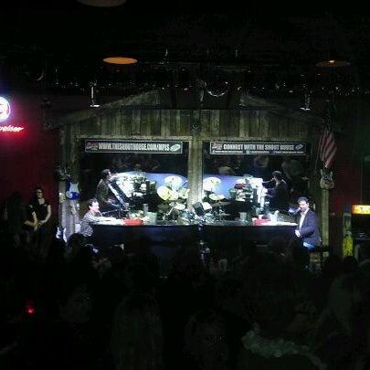Das Foto wurde bei Shout House Dueling Pianos von Joe W. am 2/26/2012 aufgenommen