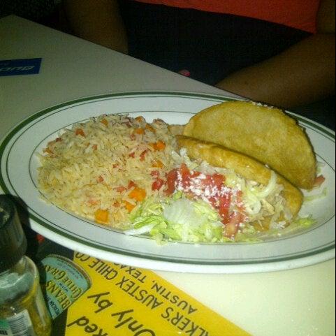 Снимок сделан в El Real Tex-Mex Cafe пользователем Royce M. 7/23/2012