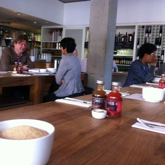 Foto tomada en The Table Café por Kevin Y. el 3/23/2012
