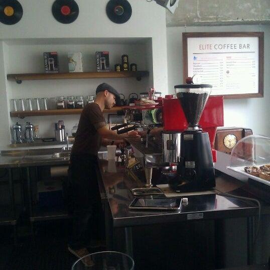 Das Foto wurde bei Elite Audio Coffee Bar von Holden am 4/23/2012 aufgenommen