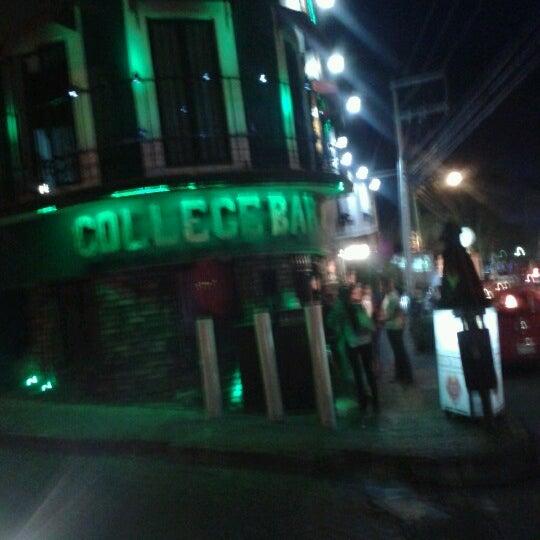 Foto diambil di College Bar oleh Mario M. pada 7/6/2012