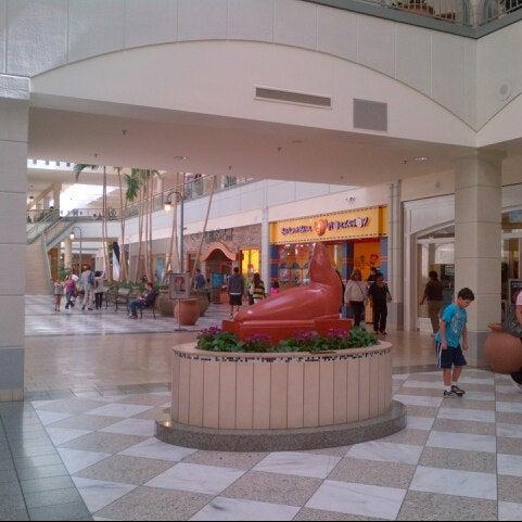 Foto tomada en Hillsdale Shopping Center por Francis L. el 8/24/2012