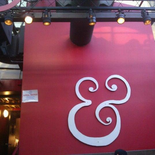 Photo prise au Kramerbooks & Afterwords Cafe par Rowan M. le3/18/2012