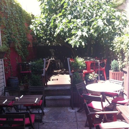 Foto tomada en OAK Restaurant & Wine Bar por Ashley S. el 6/30/2012