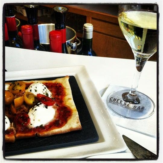 Foto scattata a Poncelet Cheese Bar da Lynn il 6/30/2012