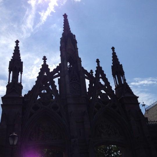 Foto tomada en Green-Wood Cemetery por Tom B. el 8/26/2012