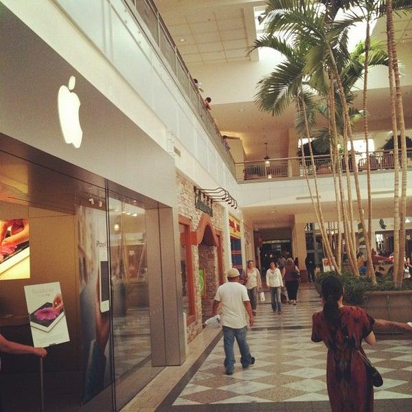 Foto tomada en Hillsdale Shopping Center por Ivan C. el 5/13/2012