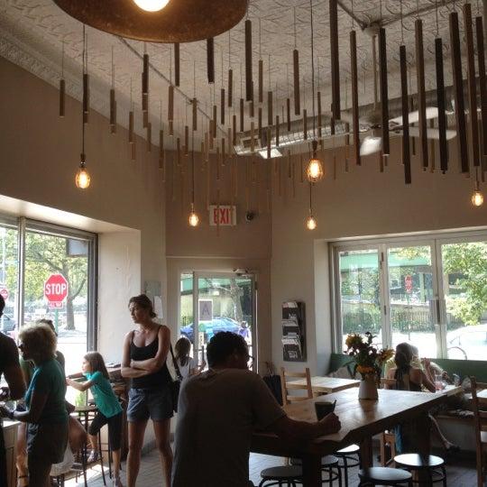 Foto tirada no(a) Brooklyn Commune por Adam P. em 8/17/2012