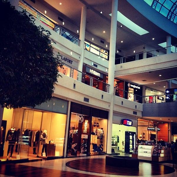 Foto tirada no(a) Shopping Crystal por Thiago S. em 7/30/2012