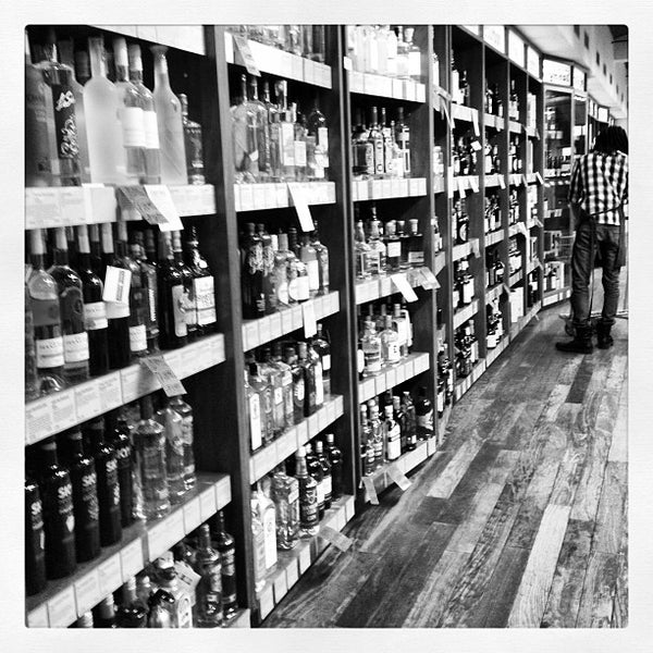 Foto tirada no(a) Astor Wines & Spirits por Evan H. em 5/12/2012