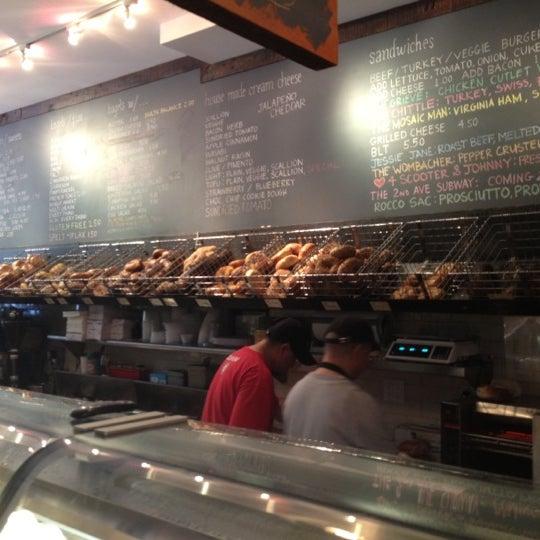 6/23/2012 tarihinde Max B.ziyaretçi tarafından Tompkins Square Bagels'de çekilen fotoğraf