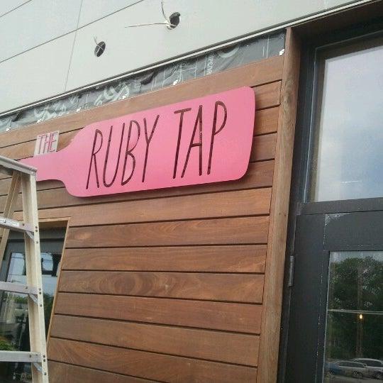 7/21/2012 tarihinde Kay C.ziyaretçi tarafından The Ruby Tap'de çekilen fotoğraf