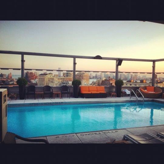 Foto scattata a Plunge Rooftop Bar & Lounge da Zirj C. il 6/28/2012