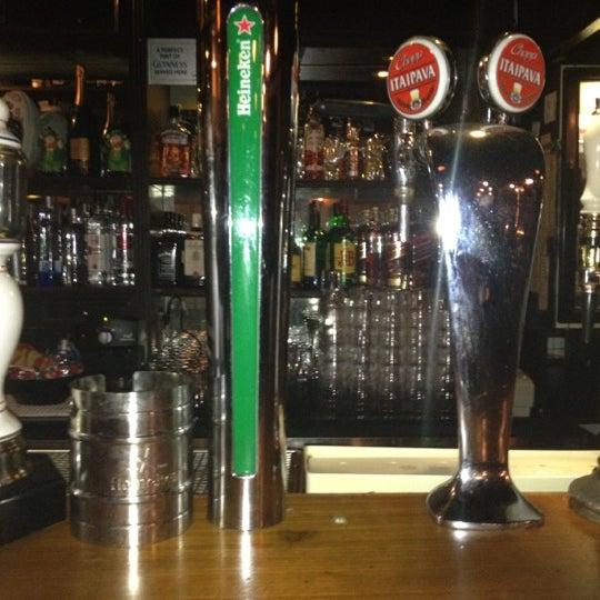 Foto diambil di All Black Irish Pub oleh Rubens C. pada 5/29/2012