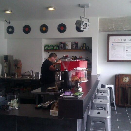 Das Foto wurde bei Elite Audio Coffee Bar von Holden am 4/12/2012 aufgenommen