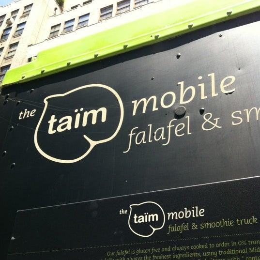 6/27/2012 tarihinde Lauren M.ziyaretçi tarafından Taïm Mobile Falafel & Smoothie Truck'de çekilen fotoğraf